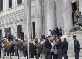 Miles de personas siguen ya el cortejo fúnebre de Suárez por el centro de la capital