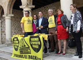 Emiliano García-Page firma en Sigüenza en contra del fracking