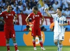 Argentina sigue defraudando en su juego, pero tiene suerte y a Messi, que marca ante Irán en el tiempo añadido (1-0)