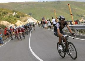 El pelotón de la Vuelta dona los premios de la etapa 16 a la viuda del Guardia Civil fallecido