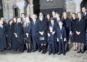 ¿Dónde está Wally? La infanta Cristina vuelve a posar en público junto a los Príncipes... aunque no lo parezca