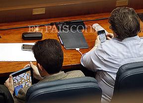 Los diputados del PP que jugaron a 'Apalabrados' en una sesión parlamentaria, sancionados con 300 euros