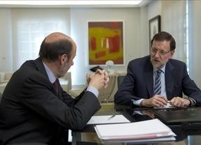 Rubalcaba y Rajoy 'unen fuerzas' para el Consejo Europeo, pero discrepan en las grandes reformas del Gobierno