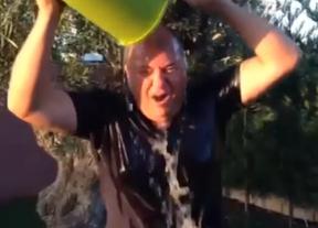 Monago, primer político español de primera línea en sumarse al reto del 'cubo helado' en solidaridad con los enfermos de ELA