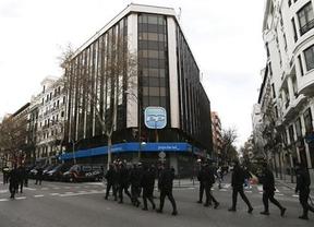 Una fuerte presencia policial escarmienta el 'escrache' convocado frente a la sede del PP