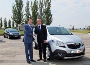 El presidente del Gobierno, Mariano Rajoy, en su visita a la planta de Opel