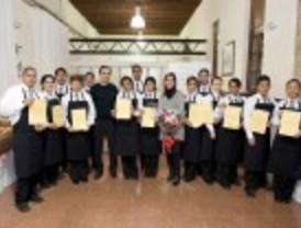 Dieciséis inmigrantes ya son camareros profesionales gracias a los Servicios Sociales
