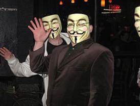El colectivo contra la Ley Sinde Anonymous protestó desde el exterior