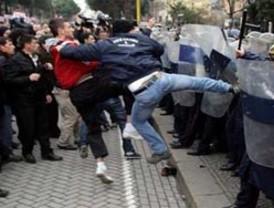 Enfrentamientos en Albania dejan tres muertos
