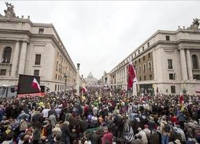 Cientos de miles de fieles llenan la Plaza de San Pedro para la histórica canonización de los papas Juan XXIII y Juan Pablo II