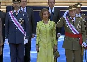 El Rey reaparece con muletas en el homenaje a los caídos del Día de las Fuerzas Armadas
