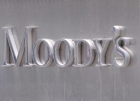 La tijera implacable de Moody's recorta la nota de la deuda de BBVA, La Caixa y Banco Popular y pone en revisión ocho bancos