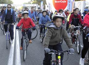 La obligación de que los ciclistas menores lleven casco en ciudad, la polémica de la reforma de la Ley de Tráfico