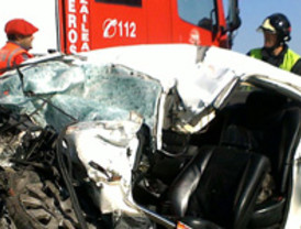 Accidente de tráfico con dos atrapados y heridos en la redonda La Viña en Lorca