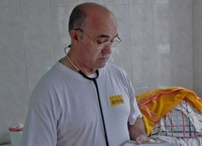 El religioso Manuel García Viejo, infectado de ébola, ya está ingresado en el hospital Carlos III de Madrid