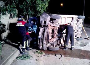 Rescatado tras quedar atrapado en una furgoneta al chocar contra un muro y un árbol