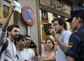 Decenas de indignados piden el cierre de sus cuentas ante las oficinas de Bankia