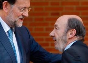 Rajoy rechaza reformar la Constitución sin el consenso de 1978 y Rubalcaba le invita a intentar alcanzarlo