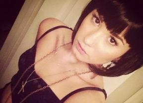 Demi Lovato, posando sexy y semi desnuda probándose pelucas