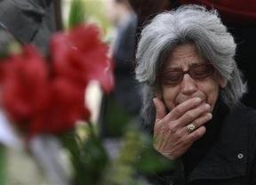 Cientos de griegos despiden como a un héroe al jubilado que se suicidó ante el Parlamento