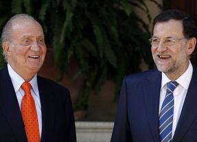 Don Juan Carlos y Rajoy, despacho veraniego con Gibraltar y Marruecos al fondo
