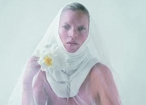 El nuevo escándalo de Kate Moss: posa desnuda vestida de monja