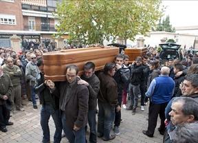 Dolor y lágrimas en la despedida multitudinaria en Fuensalida a las tres niñas atropelladas