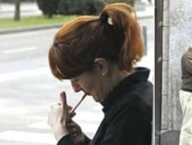 Con resignación y algunos 'malos humos', llega el primer día laborable con la prohibición total de fumar