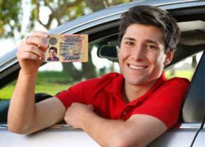Los menores de 25 años pagan por su seguro de coche un 145% más que los conductores con más experiencia