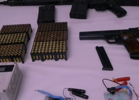 ETA escenifica un 'desarme teatralizado' de parte de sus armas en un vídeo con los verificadores