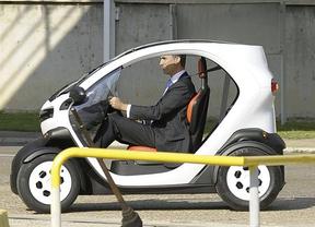 El Príncipe Felipe se sube en el primer coche eléctrico fabricado en España