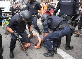 La policía 'carga' contra los manifestantes que protestan por la reforma laboral