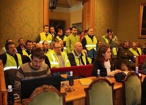 Decenas de trabajadores municipales de Cuenca acuden al pleno: Dicen 'no' a los recortes