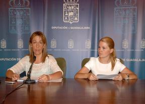 Ana Guarinos (izq.) en rueda de prensa