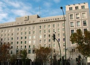 Desalojan el Ministerio de Defensa en el Paseo de la Castellana por un incendio sin gravedad en la azotea