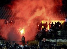 Un helicóptero acude al estadio de fútbol para evacuar a los egipcios atrapados
