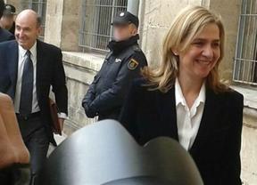 La infanta Cristina sorprende a todos y baja del coche para saludar y entrar sonriendo a los juzgados