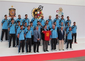 Rajoy despide a los soldados de la ilusión: La Roja quiere levantar el ánimo nacional en la Eurocopa