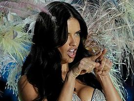 Adriana Lima prepara el San Valentín más sexy