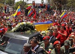 Miles de venezolanos escoltan el féretro con los restos de Hugo Chávez