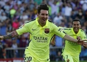 Messi celebra el gol con Pedro corriendo a abrazarle