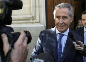 El juez no retira el pasaporte a Blesa que tiene que salir escoltado tras recibir un 'pancartazo'