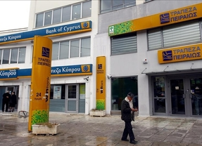 Un respiro para los griegos: el Banco del Pireo condona deudas inferiores a 20.000 euros