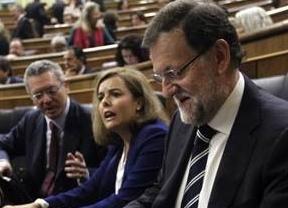 La jefa del Gobierno en ausencia de Rajoy bendice a Gallardón y huye de toda polémica: