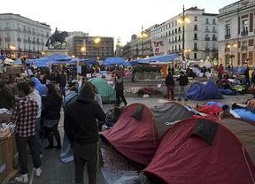 Las 'precauciones' de Cifuentes: la Policía podría requisar material de acampada al acceder a Sol