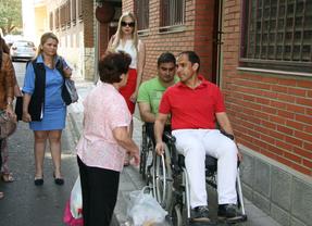 El candidato del PSOE en Guadalajara hace campaña electoral en silla de ruedas... por un día