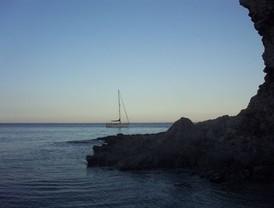 Una lancha neumática llega  a Almería con 12 argelinos