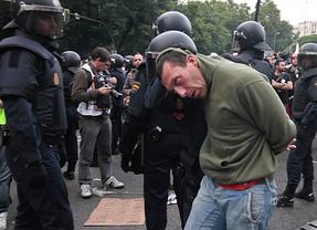 Cifuentes niega que exista algún expediente disciplinario abierto a los antidisturbios que cargaron en Atocha el 25-S