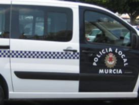 Detenido por empujar contra el coche a su pareja e impedir que se fuera de casa con sus tres hijos menores
