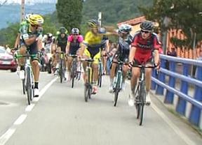 Los ciclistas Brambilla y Rovny, expulsados de la Vuelta tras pelearse subidos a las bicis